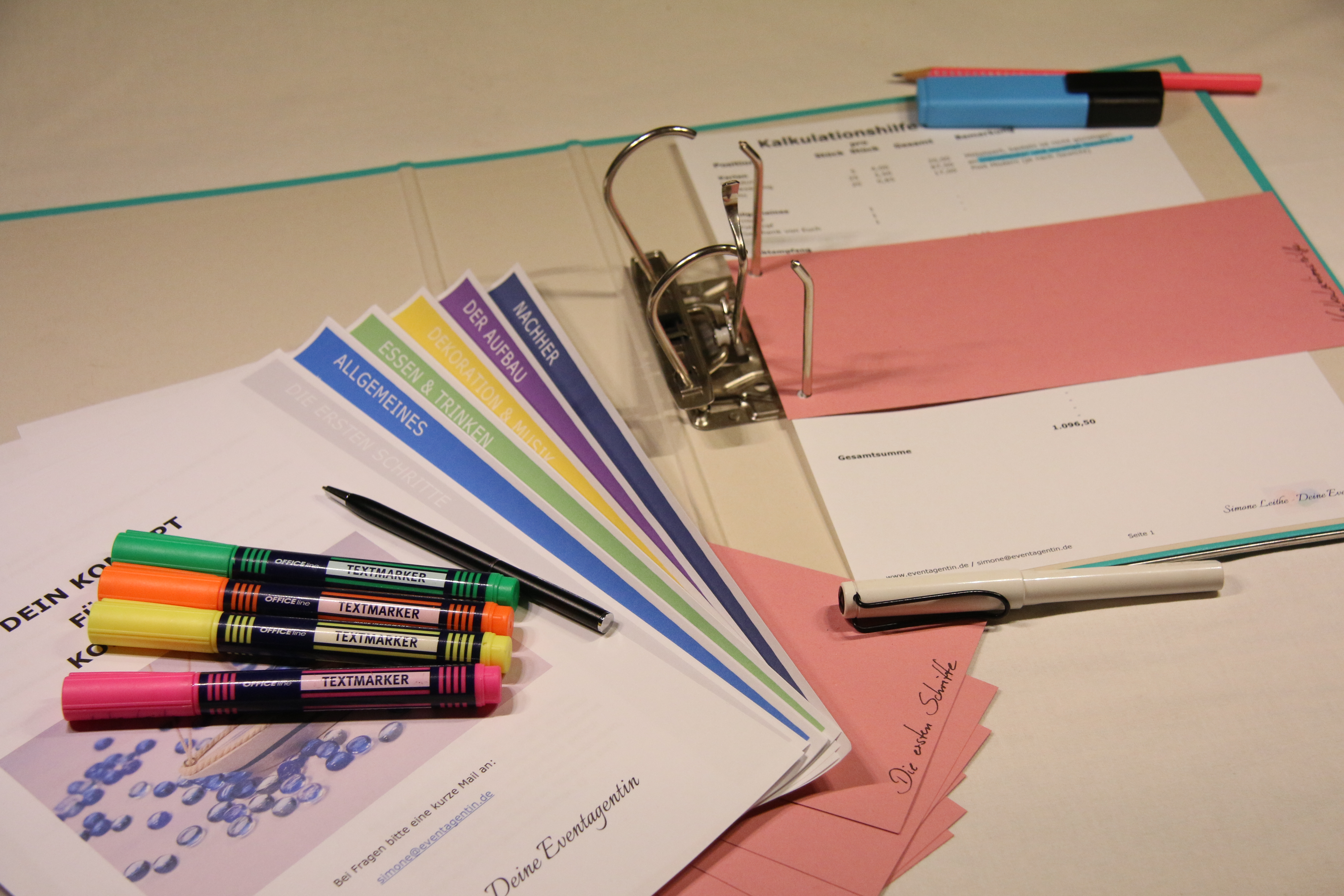 Konzept Ordner Stifte Hilfe Feier